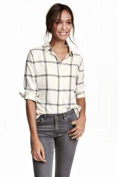 Camisa de franela: Camisa de corte recto en franela de algodón suave. Modelo con cuello inglés, mangas largas con botones en los puños, aberturas laterales y bajo redondeado. Espalda ligeramente más larga.