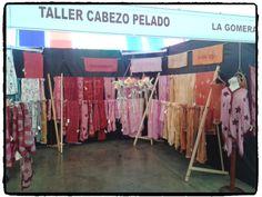 Promoción y venta de artesanía canaria. Stand del Taller Cabezo Pelado  en la Feria de Artesanía de Canarias. Tenerife Diciembre 2013. Productos elaborados con tintes naturales de Canarias.