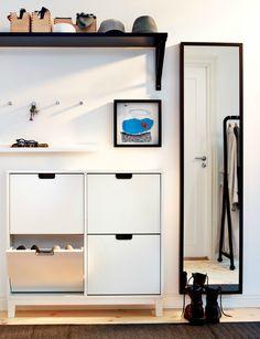 Manieren om schoenen op te bergen, zet ze in een antieke kast of hang je pumps aan een gordijnroede. Ideeën voor het opruimen van schoenen.