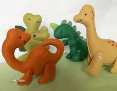 1001 Feltros: Outubro 2012 Felt Diy, Felt Crafts, Fabric Crafts, Sewing Stuffed Animals, Dinosaur Stuffed Animal, Cool Diy Projects, Sewing Projects, Felt Quiet Books, Felt Ornaments