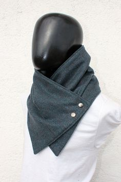The perfect gift for your boyfriend, husband, best friend, brother, etc.  This neckwarmer is very cozy and trendy. Fully lined,so dont itch :)  The outside is wool, the highest quality, ultra soft and warm. The color is a beautiul teal color, very elegant and onke of a kind, with a herringbone pattern in black and lines in red/brown color. And the inner side is grey polyamide Its very soft and warm.  Fasten your cowl scarf with two metalic snaps in old gold color.  Size S-L, fits man and…