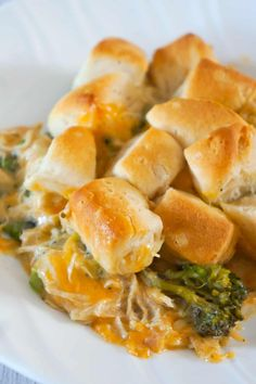 Chicken Casserole with Broccoli and Biscuits is an easy chicken dinner recipe using shredded chicken and Pillsbury biscuits. These creamy chicken casserole is loaded with broccoli and cheddar cheese. Recipes Using Rotisserie Chicken, Ground Chicken Recipes, Easy Chicken Dinner Recipes, Chicken Recepies, Chicken Meals, Easy Meals, Ground Chicken Casserole, Creamy Chicken Casserole, Broccoli Casserole
