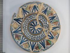Assiette en faïence de Montelupo (Toscane) datée du XVIes., mise au jour lors de la fouille de l'église de la commanderie du fort Saint-Jean à Marseille....