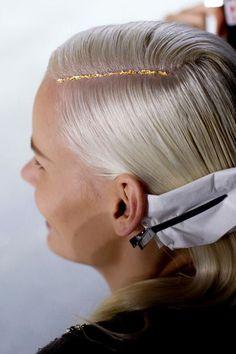 Envie de briller de mille feux à l'approche des fêtes et de customiser votre coiffure ? La nouvelle tendance capillaire « les Glitter Roots » est faite pour vous! Les expertes AZZO Professionnel décryptent pour vous cette nouvelle tendance. #azzoprofessionnel #glitterroots #tendances #haircolor