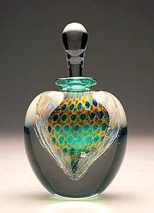 Blown glass perfume bottles inspire the imagination of collectors. These sculptural perfume bottles are as varied and exciting as the artists creating them. Perfume Atomizer, Antique Perfume Bottles, Vintage Bottles, Bottle Vase, Glass Bottles, Perfumes Vintage, Beautiful Perfume, Glass Art, Clear Glass
