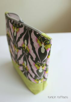 Simple zippered pouch with neat zip ends -- sewing tutorial
