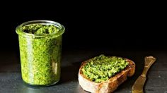 Pesto vegano, la receta original de la salsa pesto es casi toda con ingredientes aptos para los veganos, salvo el queso parmesano