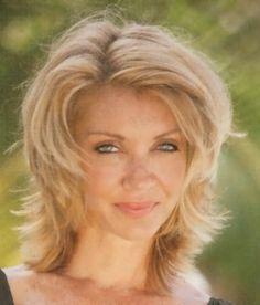 Coupe de cheveux en dégradé sur femme blonde