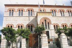 Το Οφθαλμιατρείο με τη νεοβυζαντινή όψη του δημιουργεί μια ενδιαφέρουσα αντίθεση με τα γειτονικά νεοκλασικά κτίρια της Ακαδημίας, της Βιβλιοθήκης και του Πανεπιστημίου. Σχέδια του Hans Christian Hansen.(Υπόγειο & ισόγειο 1847-1854).(Όροφος & δώμα 1869).( Εξωτερικά ιατρεία 1914-1916).
