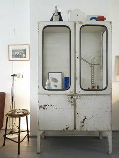 Prachtige verweerde oude ijzeren apothekerskast / medicijnkast / vitrinekast. Door Syl