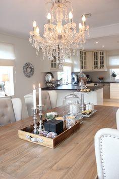 Kronleuchter über Esstisch - Küche im Landhausstil