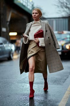 London Street Style Proves These Trends Are Still In Fashion Vestidos, Women's Fashion Dresses, Boho Fashion, Winter Fashion, Fashion 2018, Street Fashion, Autumn Street Style, Street Style Looks, Street Style Women