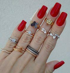 """Anéis lindos: parte 2 💍💍💍 De onde são todos esses anéis lindos?!🙆 Só podia ser da parceira @lojadasrevendedoras1. Acompanhe @lojadasrevendedoras1 e fique por dentro de todas as novidades. As peças são muito lindas e tem um ótimo acabamento.👌 Recomendo!!! 📲(62)99162-7176. . 💅O esmalte é o """"Rita"""" da marca #Granado. . #biju #bijux #bijoux #bijouterias #instabiju #aneis #falange #dourado #prata #lojadasrevendedoras #beleza #mulheres #acessoriosfemininos #acessorios #unhas #esmaltes…"""
