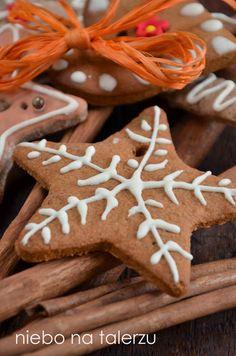 Jeśli chce się wieszać pierniczki na choince, należy pamiętać by zrobić dziurki na sznureczek, najlepiej robić to słomką do napojów, koniecznie przed Cannoli, Impreza, Xmas, Christmas, Gingerbread Cookies, Truffles, Biscuits, Gluten Free, Party