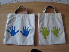 De simples empreintes de mains sur le sac avec de la peinture à tissus... Brand Me, Art Plastique, Origami, Identity, Parents, Reusable Tote Bags, Purses, Crafts, Diy