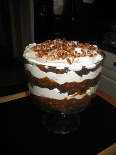 Paula Deen's Turtle Trifle I saw Paula make this today and I so want to try it! Paula Deen s Turtle Trifle from : This is wonderful and so easy to make. I wanted to try it out for Christmas and made this and talk about good. Trifle Dish, Dessert Dishes, Köstliche Desserts, Delicious Desserts, Dessert Recipes, Yummy Food, Recipe For Trifle, Plated Desserts, Trifle Bowl Recipes
