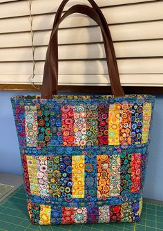 Patchwork Bags, Quilted Tote Bags, Crazy Patchwork, Patchwork Designs, Fabric Handbags, Fabric Bags, Diy Bags Purses, Purse Patterns, Easy Sewing Patterns