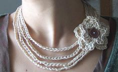 """Crochet necklace with instructional video - Go to the 4th paragraph and click where it says """"por aqui"""" to see the video.  This is so easy to do and it's so elegant."""