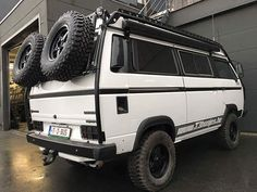 VW Syncro with interesting rack and double spare carrier Volkswagen Bus, Vw Bus T3, Bus Camper, Off Road Camper, Vw T3 Doka, Vw Vanagon, Transporter T3, Volkswagen Transporter, Koshino House