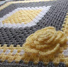 Couverture pour bébé fleur beau crochet jaune et gris avec une fleur jaune sur un coin. Cette peluche doudou floral est le complément parfait à une chambre de bébé jaune et gris ! Cette couverture est fait sur mesure. Les couleurs peuvent être modifiées pour correspondre à décor de crèche de bébé :) {MAIN} Cette couverture est fait à la main par moi :) Temps de production actuel pour les couvertures est de 3 semaines. MATÉRIAUX DE {} Crocheté à partir de fil chiné gris, jaune et blanc...