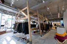 「スノーピーク(snow peak)」が、表参道に出店する新路面店の店内を先行公開した。東京証券取引所マザーズに上場して以降、更に多角的な事業戦略を進めている同社によるアパレルに特化した初の旗艦店。ファッション感度の高い層に向けて「都市と自然の境界をなくす服」「都市生活でも自然の中でも心地良く過ごすことができる服」を提案していく。オープンは11月13日。