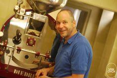 Martin Keß Martin Keß kennt sich mit dem Kaffeerösten aus und steht hier vor dem Röster in der Van Dyck Kaffeebar.