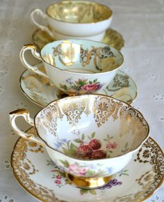 Tea time with Vintage Tea cups! Vintage Cups, Vintage Dishes, Vintage China, Vintage Glam, Antique China, Vintage Style, Café Chocolate, Keramik Vase, Teapots And Cups
