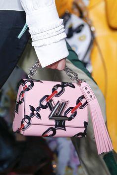 Louis Vuitton vous met les chaînes // www.leasyluxe.com #fashion #louisvuitton #louisvuitton