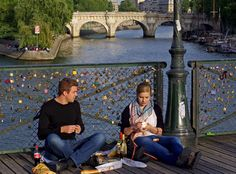 """A Ponte das Artes ficou conhecida pelos famosos """"cadeados do amor"""", que já foram retirados"""