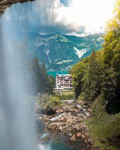 Warst du scho im Haslital in der Schweiz? 7 Ausflugstipps rund um Meiringen-Hasliberg und den Brienzersee. Inklusive einem echten Geheimtipp. Chur, Baker Street, Need A Vacation, Grand Hotel, The Good Place, Travel Destinations, Waterfall, Road Trip, Around The Worlds
