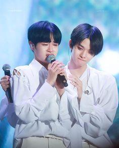 when Daehwi cried, Daniel pulled Baejin to hug Daehwi😭💕 ▪▪▪▪ Follow @jinyoung.bae0510 for more info  #wannaone #baejinyoung #laiguanlin…