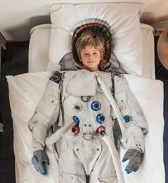우주사 옷을 입고 즐거운 아이
