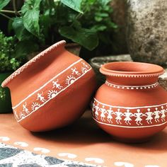 Warli Art be be . Worli Painting, Bottle Painting, Bottle Art, Pottery Painting Designs, Pottery Designs, Pottery Art, Fabric Canvas Art, Diy Canvas Art, Painted Plant Pots