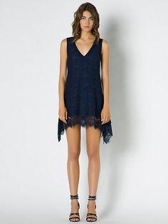 e66cca4a45087 Questo elegante e raffinato abito della linea Patrizia Pepe Sera è perfetto  per diventare la regina della serata. In colore blu