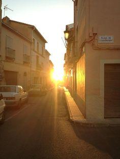 El sol inunda la calle Mayor y la plaza del Ayuntamiento.