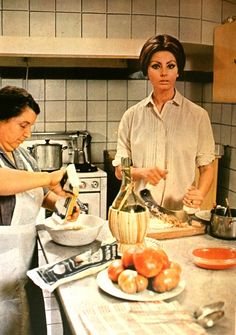 Sophia Loren making pizza back in the day | Sophia loren and People
