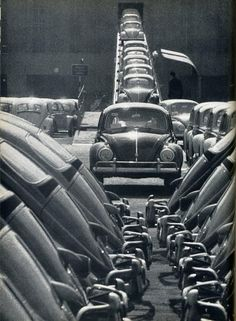 The original 'beetle-mania.' Volkswagen Beetles rolling of the production line. Date unknown Volkswagen 181, Vw Bus, Volkswagen Factory, Kdf Wagen, Vw Classic, Combi Vw, Vw Vintage, Ferdinand Porsche, Vw Beetles