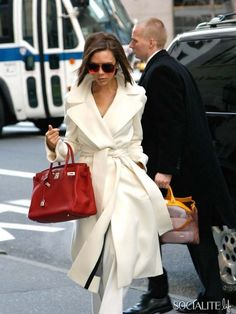 Classic white, accesorized with red, Mrs Beckham you're perfect #fashionicon