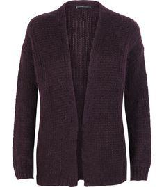 Een nonchalante look creëer je heel eenvoudig met dit korte mohair vest. Het vest draag je open over je bont geprinte bloesjes of jurken. De mohairstructuur geeft een cosy uitstraling aan je outfit.