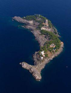 Остров в форме дельфина в архипелаге li galli рядом с Позитано