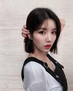 Kpop Girl Groups, Kpop Girls, Medium Hair Styles, Short Hair Styles, Yu Jin, Japanese Girl Group, Aesthetic Indie, The Wiz, Cute Hairstyles