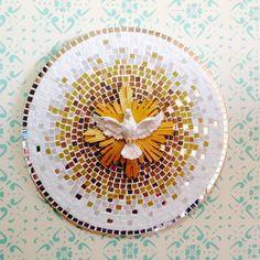 Mandala Espirito Santo Feito em mosaico, com pastilhas pigmentadas e espelho, na cores, caramelo, marrom, creme, branco e gelo. Um pássaro divino espirito santo, em gesso, pintado a mão. As pastilhas podem variar a pigmentação. Medida: 40 cm diametro - 7A3640
