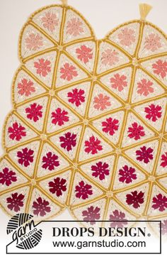 Crochet DROPS blanket with triangles and fringes in Paris. Free pattern by DROPS Design.