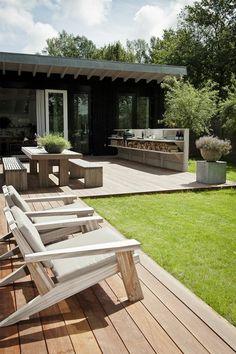 amenagement terrasse exterieur avec une pelouse verte et meubles d'extérieur