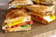 Rețetă pentru mic dejun - sandwich cald cu brânză, ou și avocado Sandwiches, Cheddar, Avocado, Food Porn, Toast, Yummy Food, Breakfast, Health, Diana
