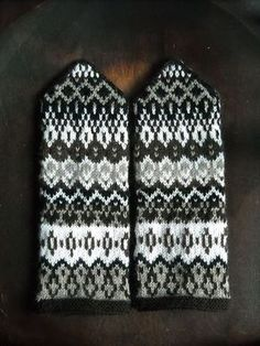 Ravelry: Project Gallery for Häggenås 1 pattern by Solveig Larsson Knitted Mittens Pattern, Crochet Mittens, Fingerless Mittens, Knitted Gloves, Knitting Charts, Knitting Socks, Free Knitting, Knitting Patterns, Norwegian Knitting