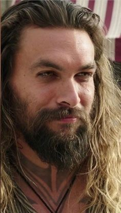Jason Momoa man bun is very much famous and makes all men very handsome, good looking and ofcourse very ,uch hot and sexy. Jason Momoa Aquaman, Aquaman Actor, Lisa Bonet, Man Bun Styles, Beard Styles, Stiefvater, Lenny Kravitz, Hollywood Actor, Long Haired Men