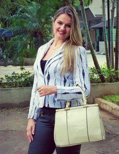 A Bolsa couro com verniz é perfeita para deixar o seu look social/trabalho mais chique e glamoroso !!! #lookbook Inspire-se e confira mais detalhes dessa combinação no blog: http://blogcharmedalu.com.br/lookbook-look-social-com-bolsa-couro-de-verniz/
