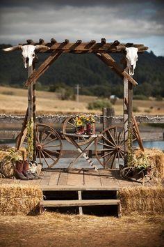 30 Rustic Country Wedding Ideas with Wagon Wheel Details rustikales Land Bauernhof Wagen Räder Hochz Outdoor Wedding Altars, Rustic Outdoor, Outdoor Weddings, Rustic Barn, Farm Wedding, Rustic Wedding, Cowgirl Wedding, Wedding Signs, Wedding Venues