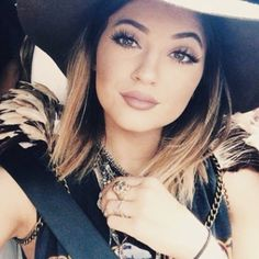 NO BLOG: O segredo dos lábios carnudos na irmão caçula da Kim Kardashian, veja como ter a boca da it girl Kylie Jenner. blog.cheriebijoux.com.br